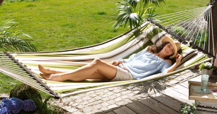 Hängesessel zum Relaxen und Urlaubsträume auf Balkonien