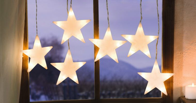Leuchtende Fensterdekoration fantasievoll arrangieren