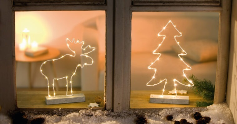Weihnachtliche Fensterdeko liebevoll arrangieren
