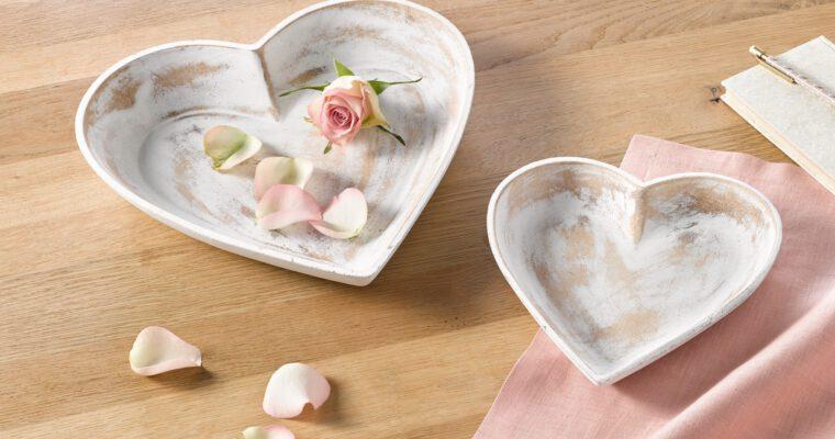 Deko für Valentinstag und zweisames Candle-Light-Dinner
