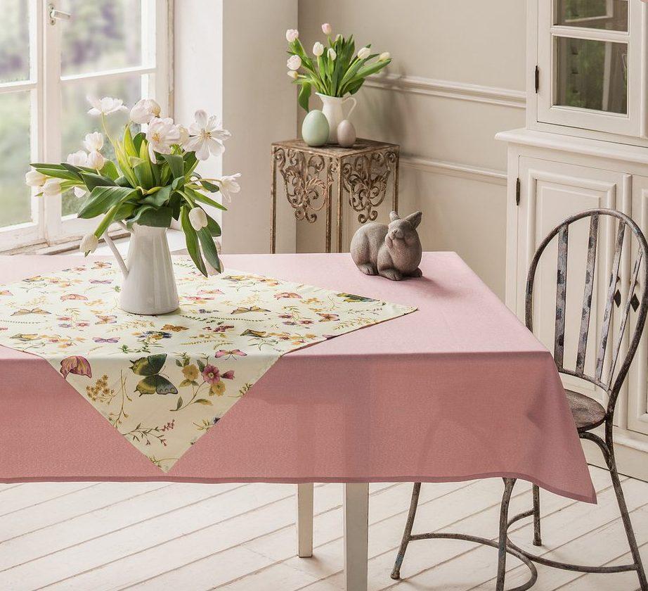 Osterhase auf Tisch
