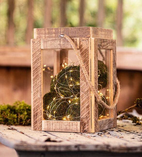 Holzlaterne mit Moos und Lichterkette