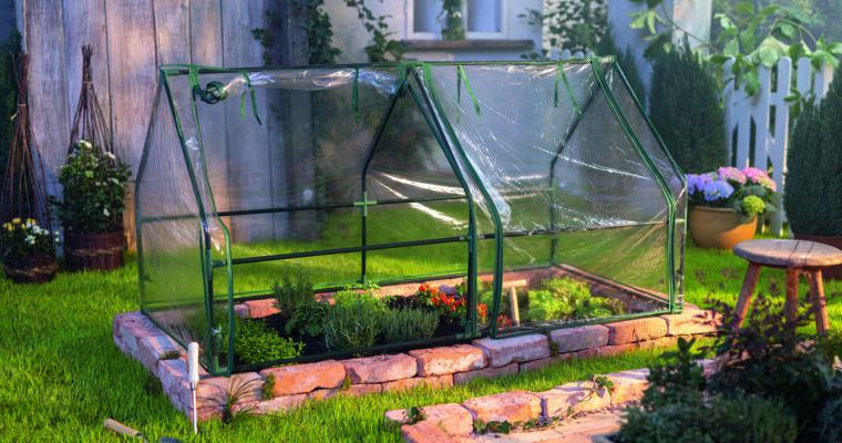 Gewächshäuser, Anzucht-Helfer und Beetabdeckung für frühe Gartenfreuden