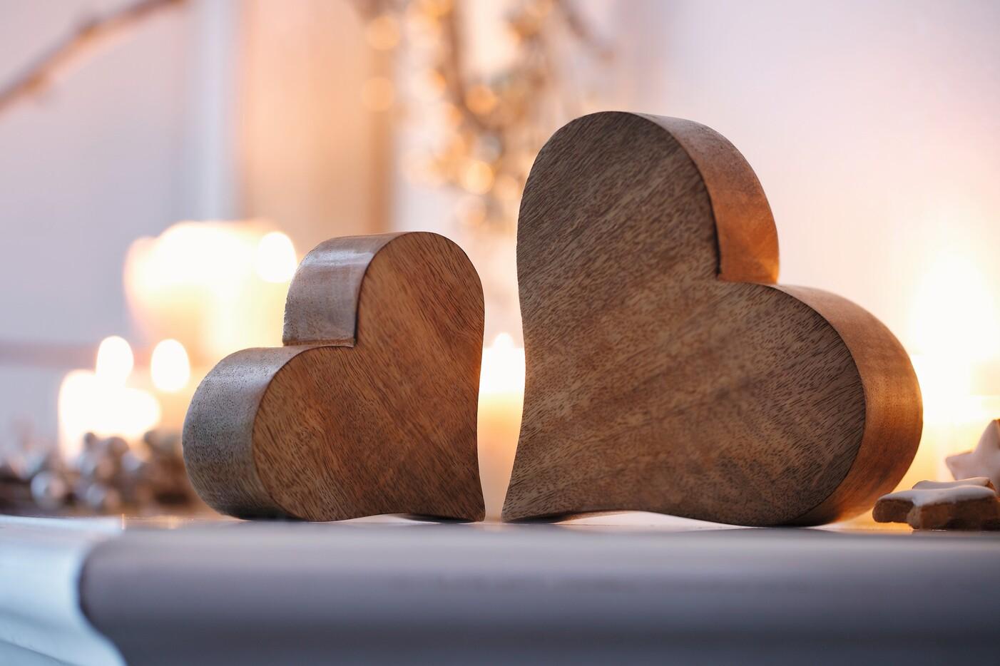 Zwei Herzen aus Holz